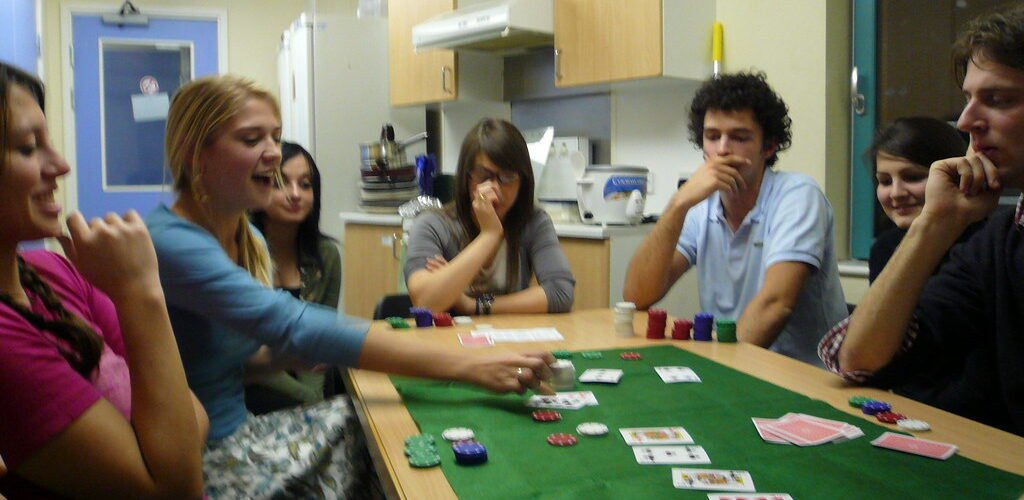 How And Where To Play Poker QQ?